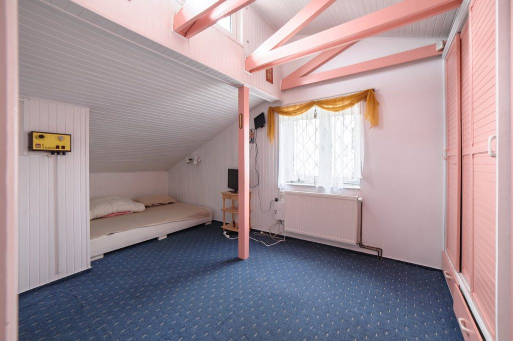 Zdjęcia domu na sprzedaż - różowa sypialnia