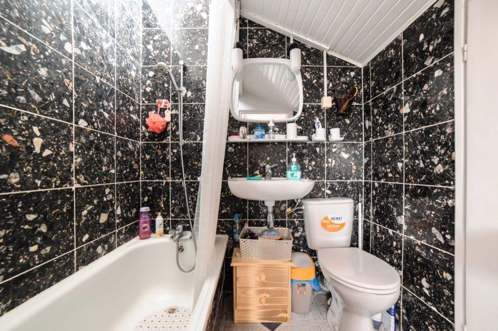 Zdjęcia domu na sprzedaż - łazienka z wanną