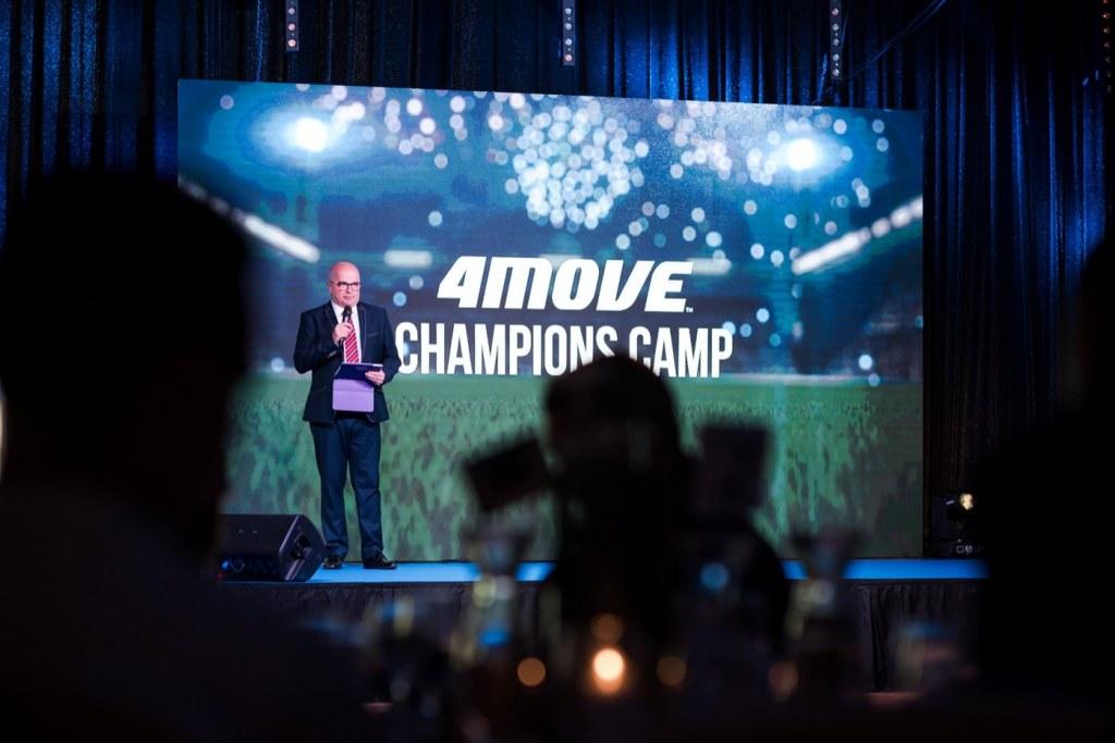 Prowadzący na scenie 4Move Champions Camp
