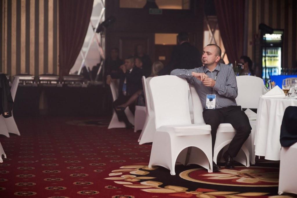 Mężczyzna na białym krześle w hotelu