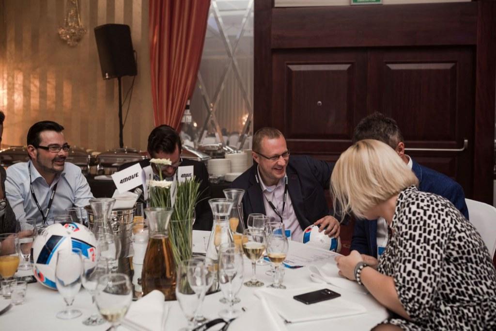 Rozmowy przy stole podczas imprezy firmowej
