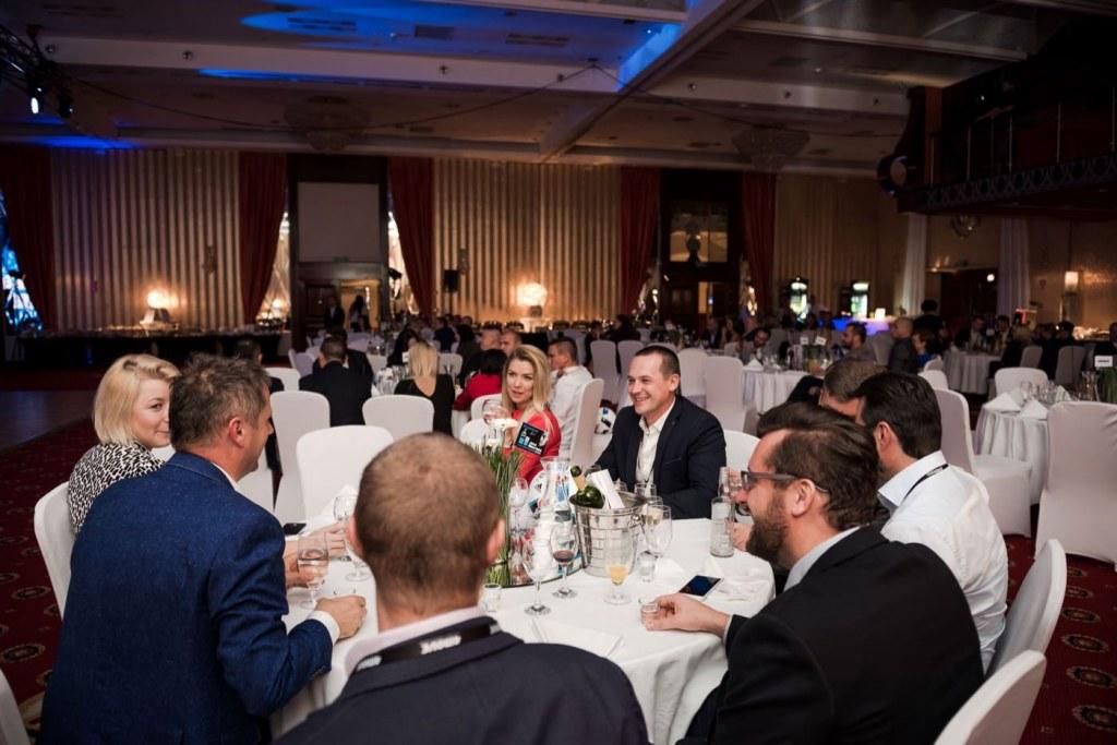 Goście przy okrągłych stolikach podczas eventu marki 4Move w hotelu Mazurkas w Ożarowie Mazowieckim
