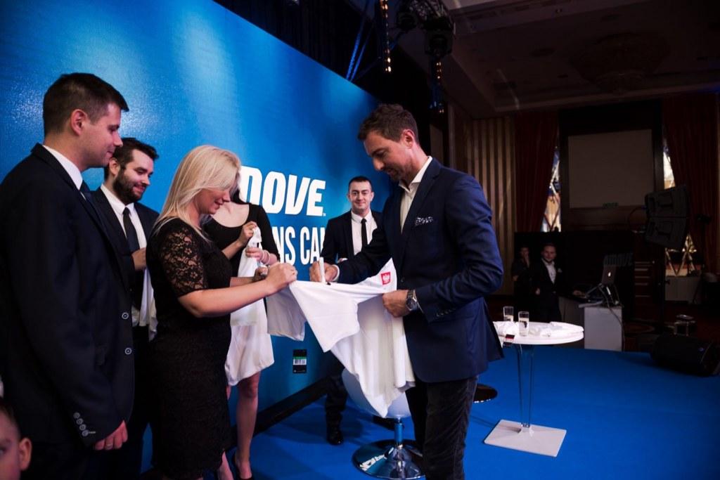 Jerzy Dudek podpisuje koszulki piłkarskie na scenie