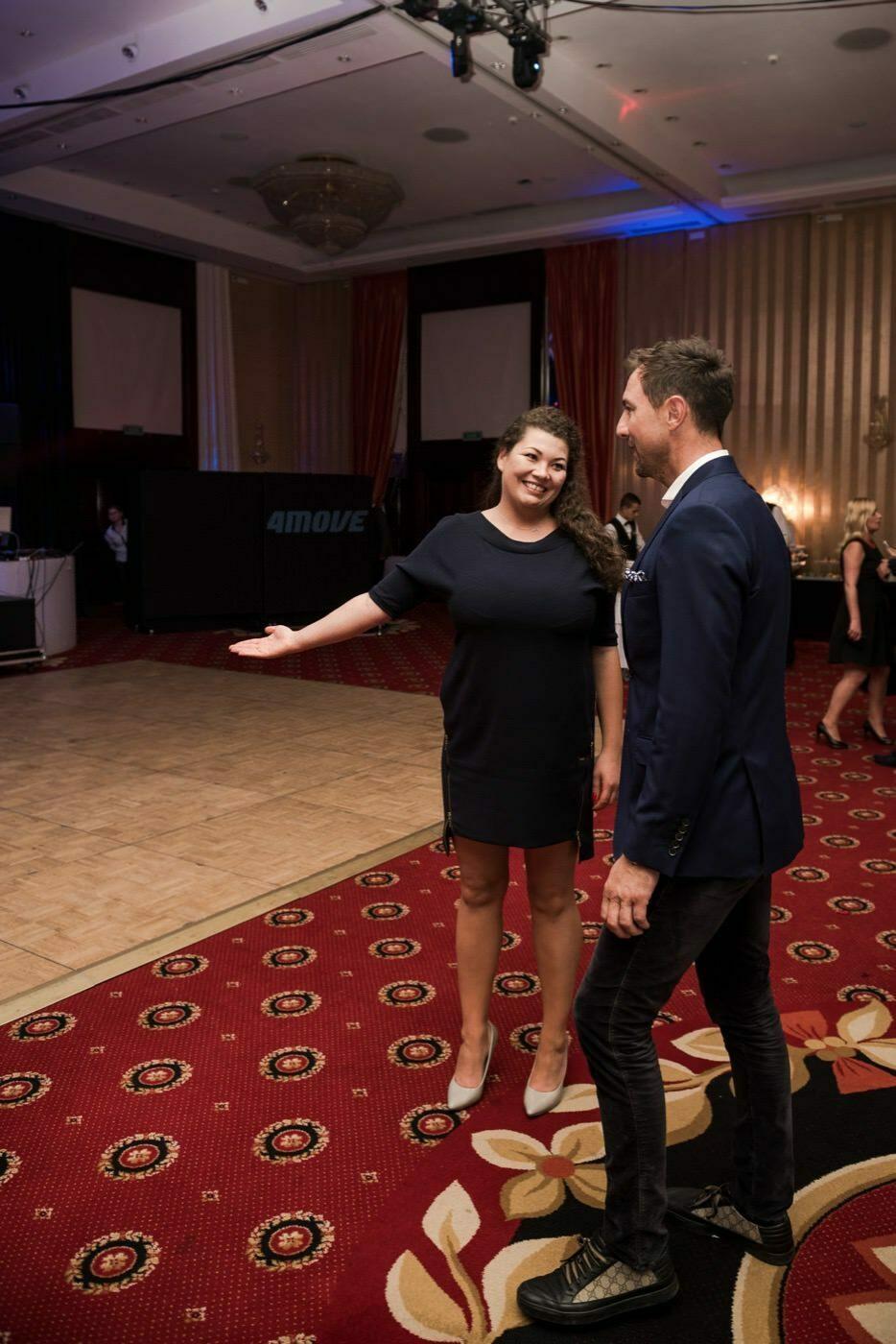 Kobieta zaprasza Jerzego Dudka w lewo