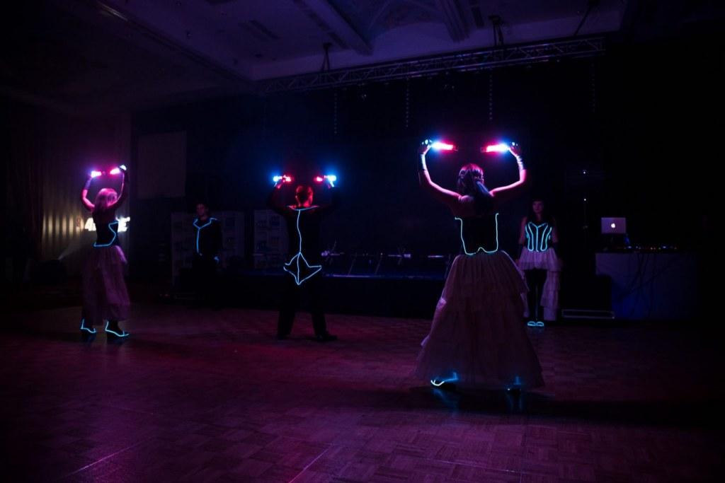 Pokaz tańca i świateł na evencie