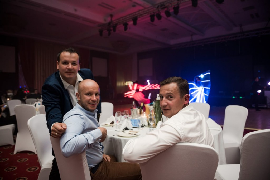 Mężczyżni przy stole podczas eventu w hotelu mazurkas