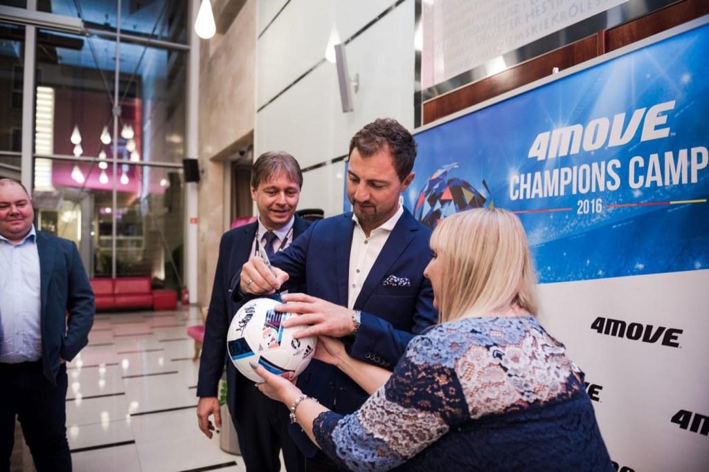 Jerzy Dudek podpisuje piłkę na evencie w hotelu mazurkas