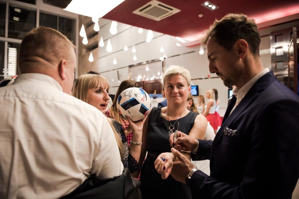 Jerzy Dudek daje autografy w hotelu mazurkas