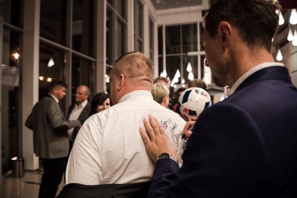 Jerzy Dudek podpisuje sięna plecach na białej koszuli w hotelu mazurkas