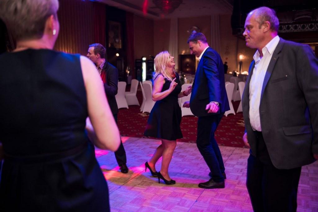 Para tańcząca na parkiecie tanecznym w hotelu mazurkas