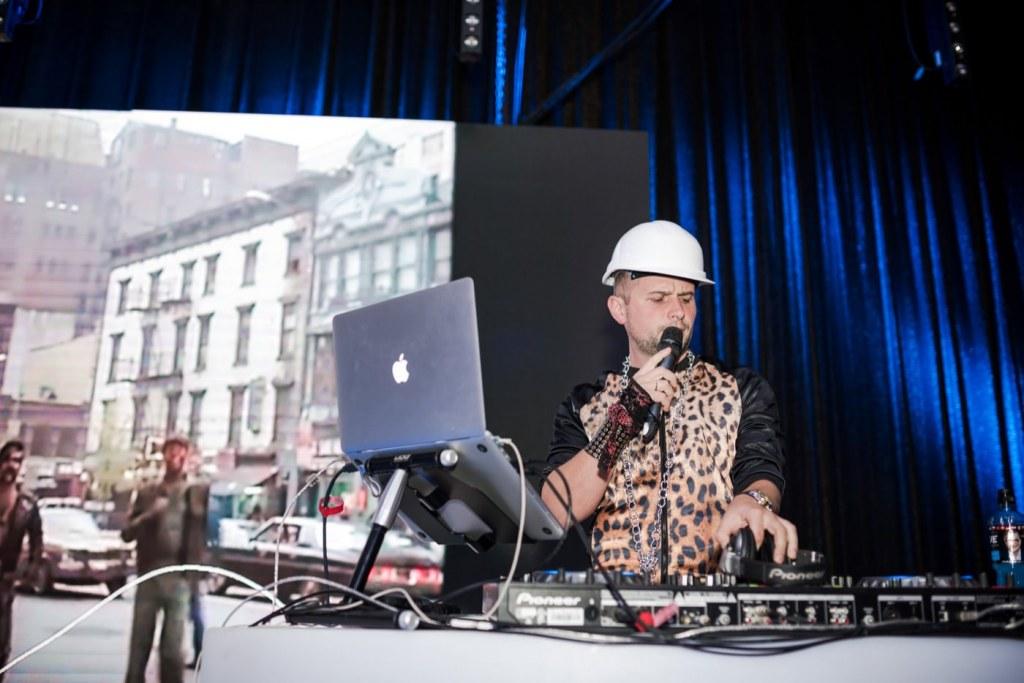 DJ w kasku i kamizelce w panterkę prowadzi imprezę